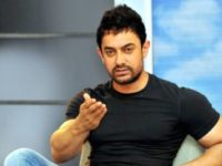 Aamir Khan to unveil book on this special being from Rajkumar Hirani's PK sets